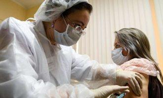 Arrancan vacunas en Moscú contra COVID-19