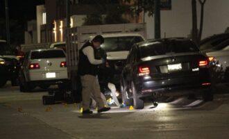 Ejecutan a balazos abordo de su auto a vecino de Villa Bonita